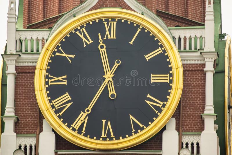 I carillon di Cremlino dell'orologio di Cremlino, primo piano Quadrato di Spasskaya Tower mosca La Russia fotografia stock libera da diritti