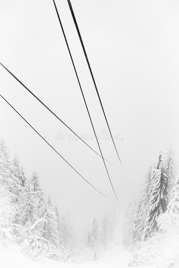 I cavi dell'ascensore di sci hanno perso in foschia fotografia stock libera da diritti
