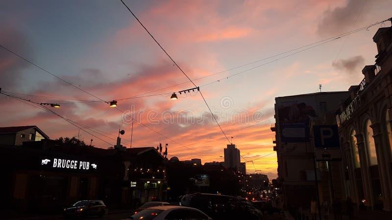 I cavi hanno attraversato il cielo di sera nel centro di Vladivostok fotografie stock