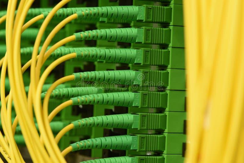I cavi ottici della fibra con i connettori scrivono a SC-APC il singolo modo a macchina fotografie stock libere da diritti
