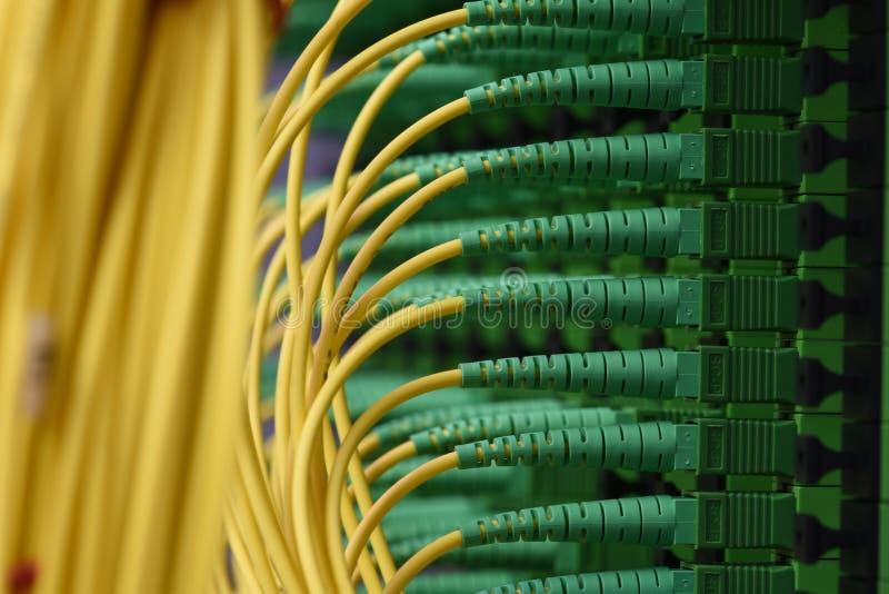 I cavi ottici della fibra con i connettori scrivono a SC-APC il singolo modo a macchina fotografia stock libera da diritti