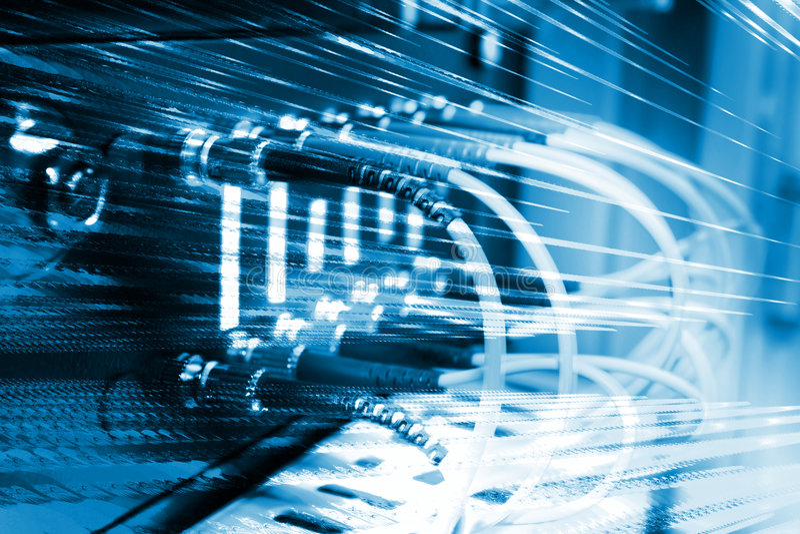 I cavi ottici della fibra hanno connesso ad un interruttore fotografie stock libere da diritti