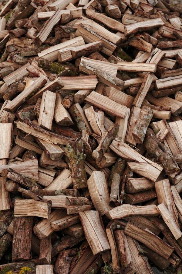 I ceppi di legno huddled per fuoco fotografie stock