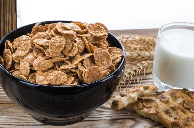 I cereali da prima colazione sani sono alla banda nera sui precedenti di legno fotografie stock libere da diritti