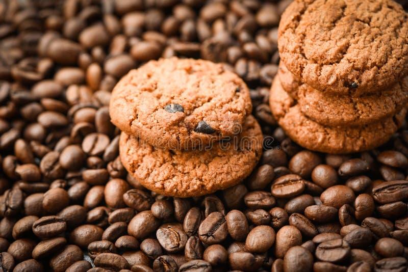 I chicchi di caffè dei biscotti del cioccolato hanno arrostito fotografie stock