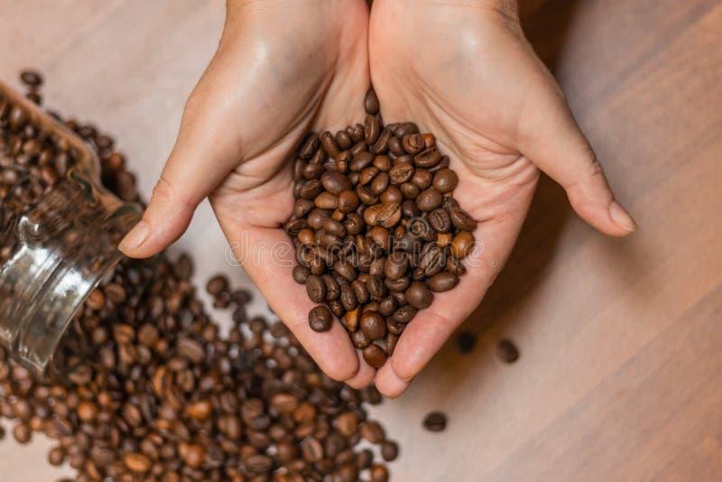 I chicchi di caffè in umano passa, nel fuoco molle, nella forma di cuore fotografie stock libere da diritti