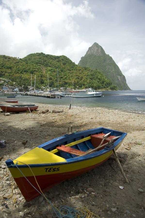 I chiodi da roccia e le barche St Lucia immagini stock