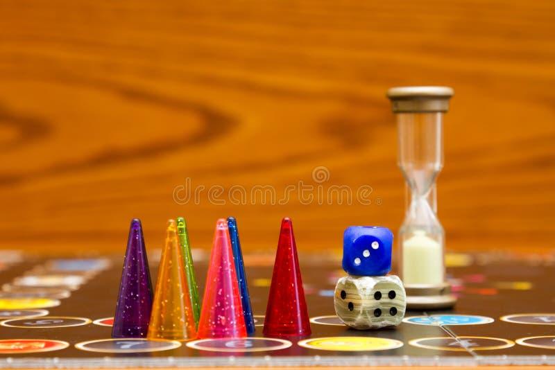 I chip di plastica blu, verdi e rossi tagliano e giochi da tavolo per i bambini fotografia stock