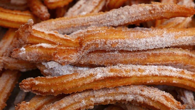 I churros freschi dolci fanno un spuntino con la fine dello zucchero su fotografie stock