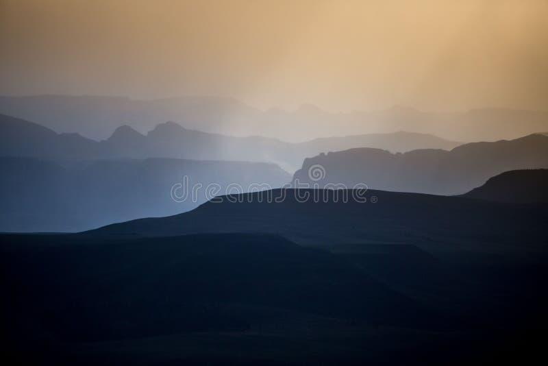 I cieli caldi del tramonto dell'alba sopra la montagna profilano gli strati fotografia stock libera da diritti
