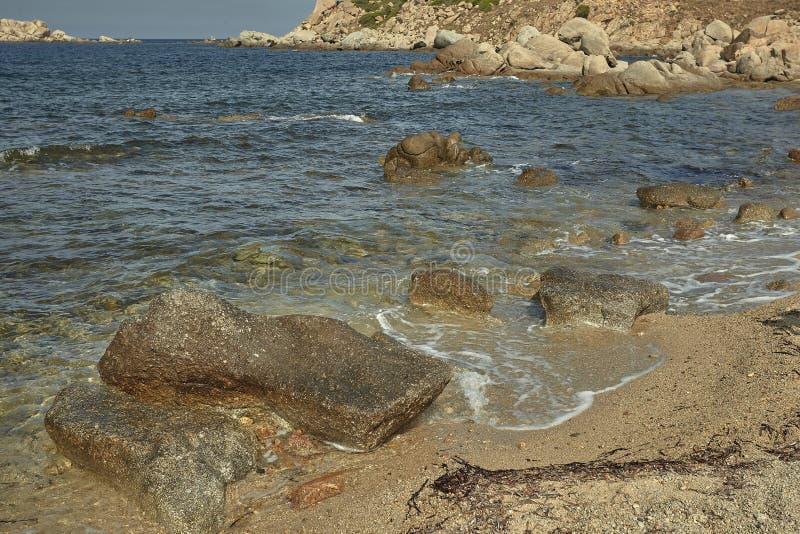 I ciottoli sulla spiaggia Mediterranea fotografia stock
