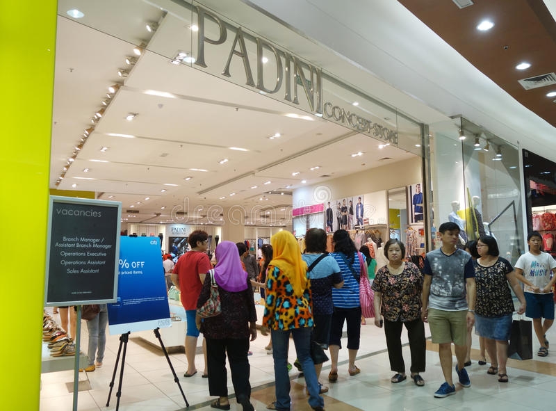 I clienti comperano per i nuovi panni nel negozio di Padini in Johor Bahru, Mal fotografia stock
