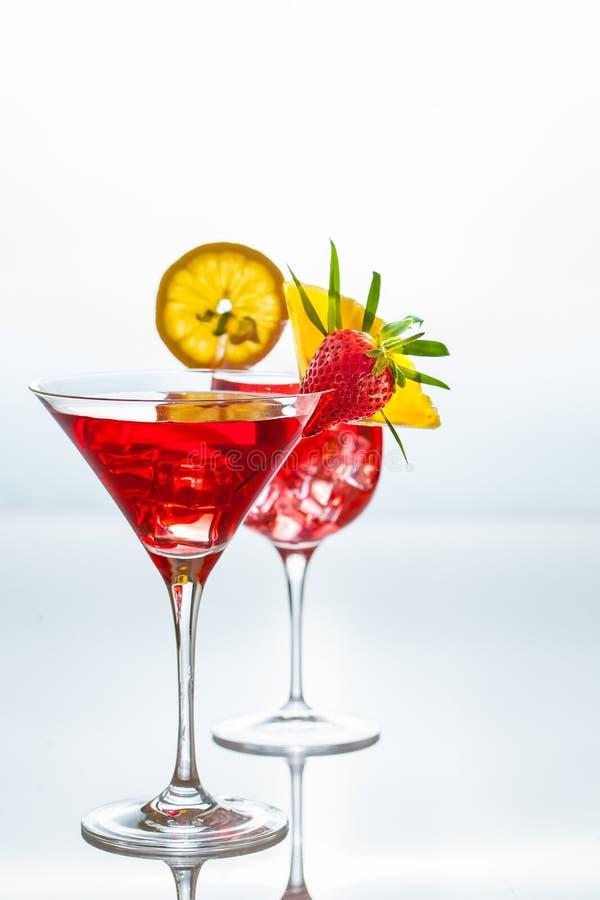 I cocktail dell'estate decorati con tropicl fruttifica e va su una r immagini stock libere da diritti
