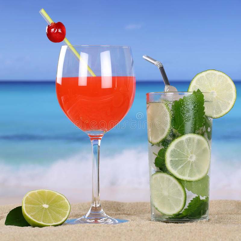 I cocktail ed il freddo beve sulla spiaggia e sul mare immagine stock libera da diritti