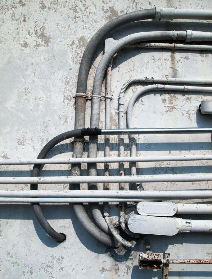I collegamenti del tubo sono installati sulla parete fotografia stock