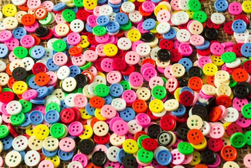 I colori assortiti di 4 bottoni dei fori fotografia stock libera da diritti