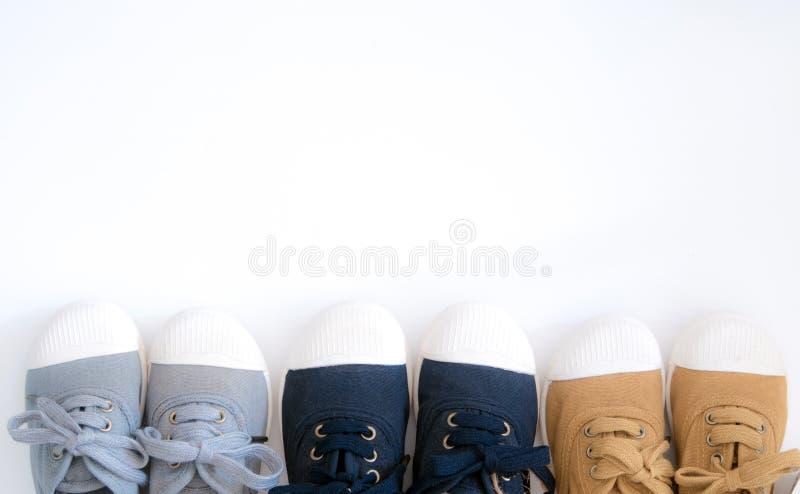 I colori casuali della tela tre con la scarpa bianca si dirigono fotografia stock libera da diritti