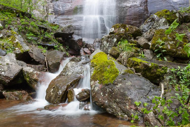 I colori della cascata basano ed offuscato l'acqua di moto fotografie stock