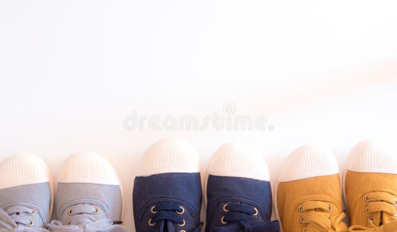 I colori della scarpa di tela tre con la scarpa bianca si dirigono fotografia stock