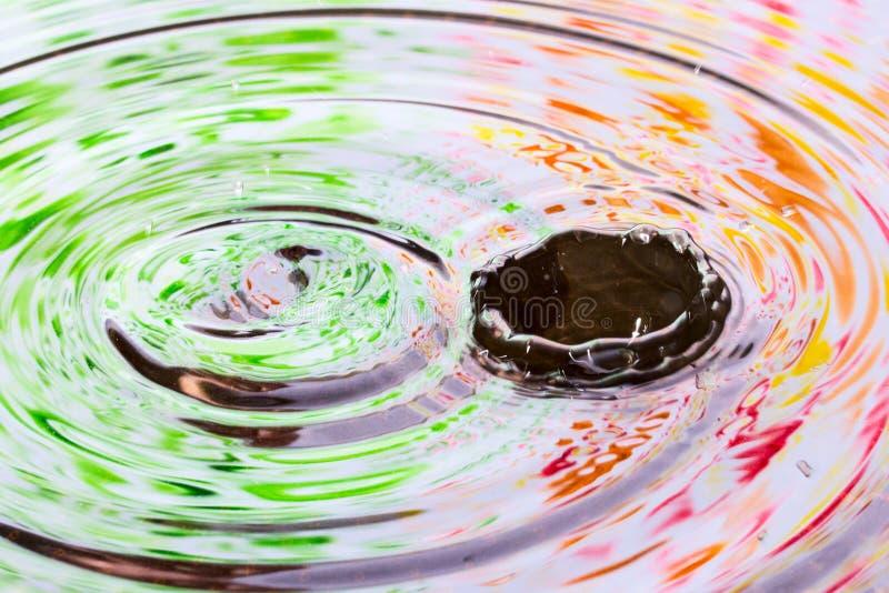 I colori luminosi sono riflessi sulla superficie dell'acqua con bello spruzza fotografie stock