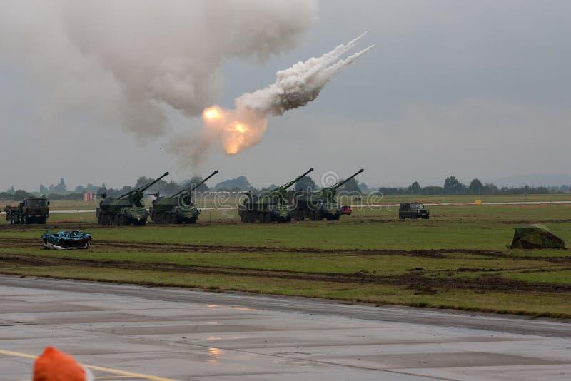 I colpi della prova di fuoco di artiglieria durante i militari mostrano i GIORNI di NATO fotografia stock