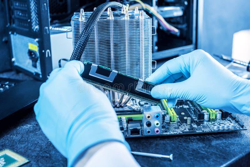 I computer del tecnico dell'ingegnere in guanti sulle mani sta esaminando il guasto Concetto del microchip di riparazione fotografia stock