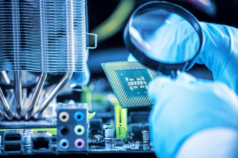 I computer del tecnico dell'ingegnere in guanti sulle mani sta esaminando il guasto Concetto del microchip di riparazione fotografia stock libera da diritti