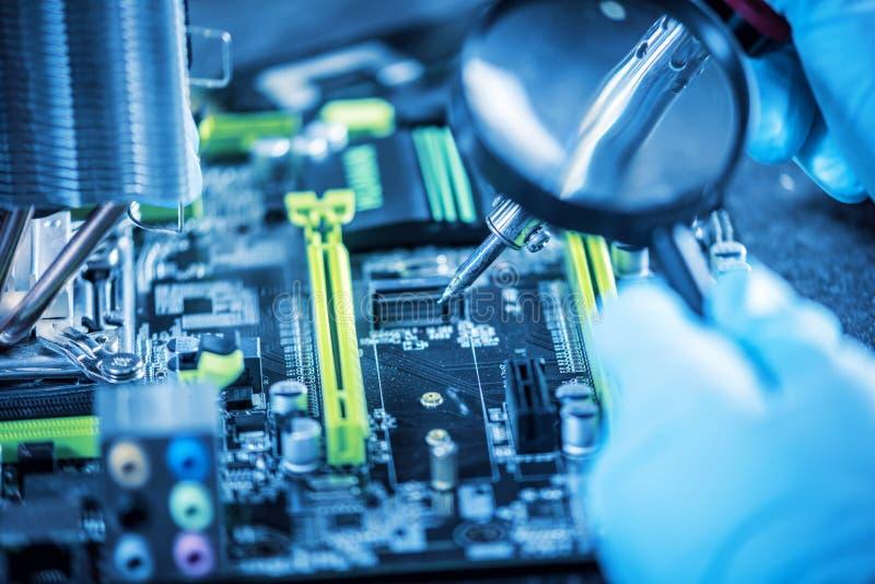 I computer del tecnico dell'ingegnere in guanti sulle mani sta esaminando il guasto Concetto del microchip di riparazione fotografie stock libere da diritti