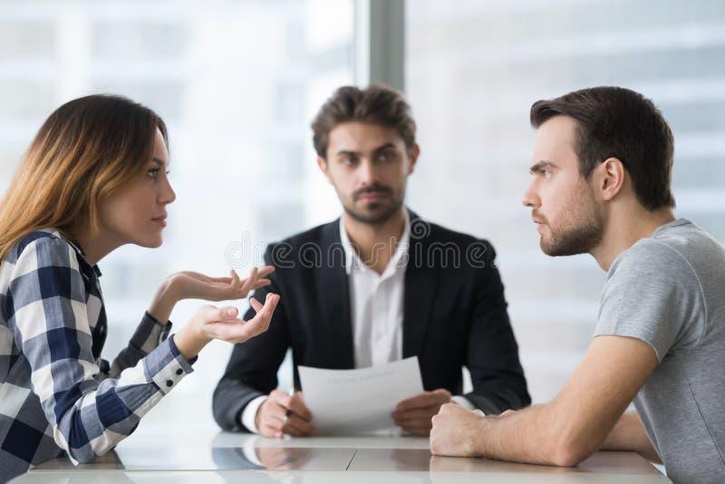 I coniugi hanno scinto la disputa circa lo stabilimento di divorzio nell'ufficio di avvocati fotografie stock libere da diritti