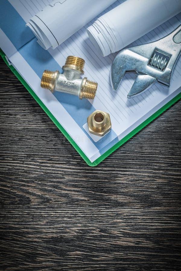 I connettori del tubo dell'impianto idraulico della chiave inglese hanno rotolato la costruzione d immagine stock