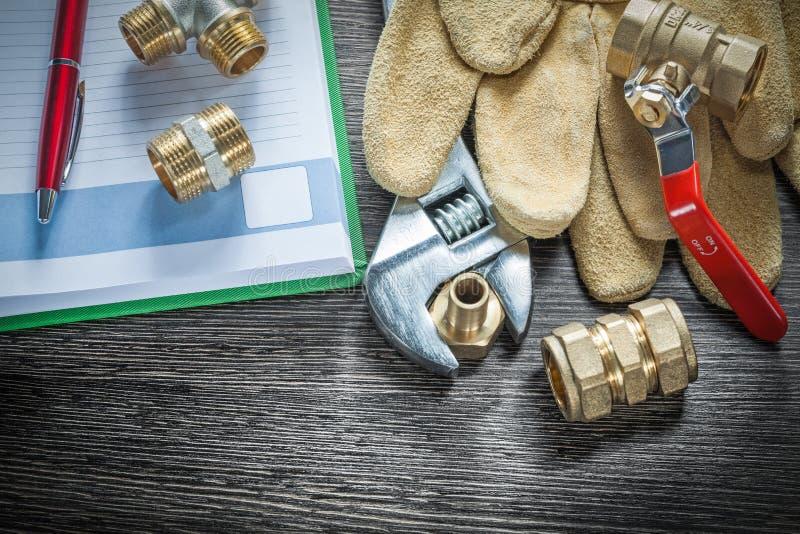 I connettori del tubo dell'impianto idraulico della chiave regolabile rivestono di pelle il g protettivo fotografia stock