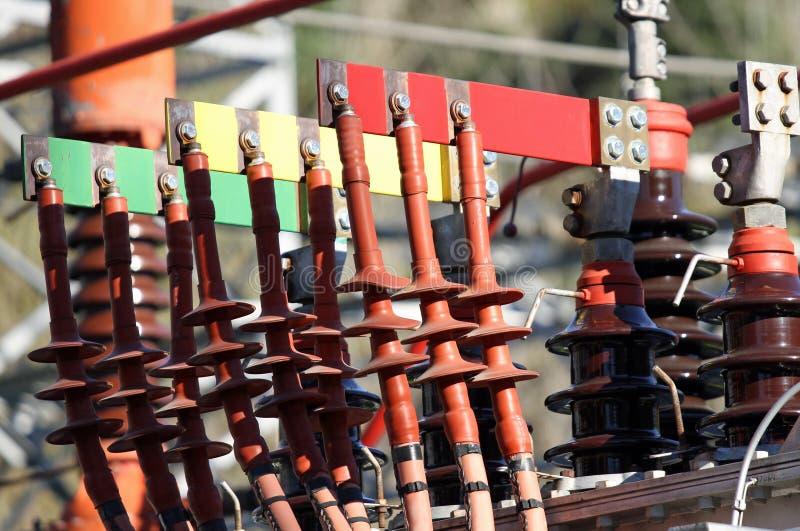 I connettori ramano la sbarra collettrice ed i pali di un trasformatore di un powerho fotografia stock