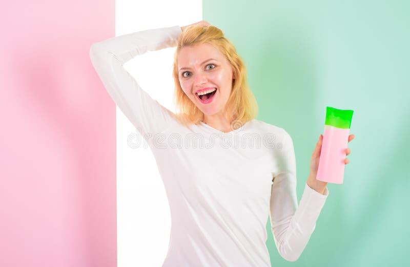 I consigli dell'esperto raggiungono i capelli incredibili Protegga i capelli prima della designazione del calore Applichi i primi fotografie stock