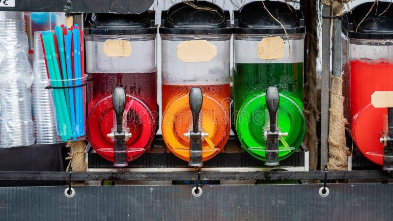 I contenitori della bevanda del ghiaccio della melma con ghiaccio variopinto beve fotografia stock