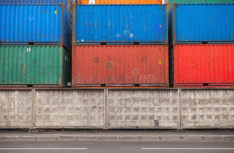 I contenitori di carico sono impilati nell'area di porto fotografia stock libera da diritti