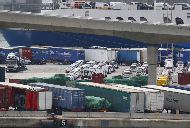 I contenitori ed i veicoli di carico in annuncio pubblicitario di Barcellona port immagini stock