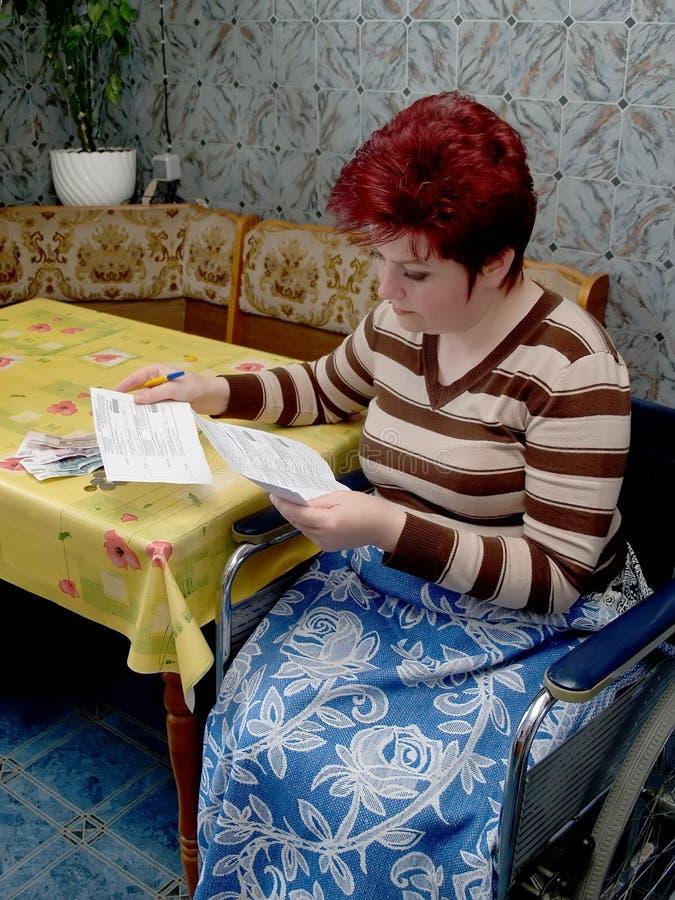 I conti donna-invalidi di sguardo fotografia stock libera da diritti