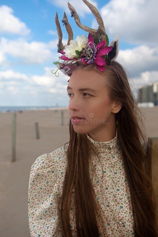 I corni dei fiori della spiaggia della donna incoronano, De Panne, Belgio immagine stock
