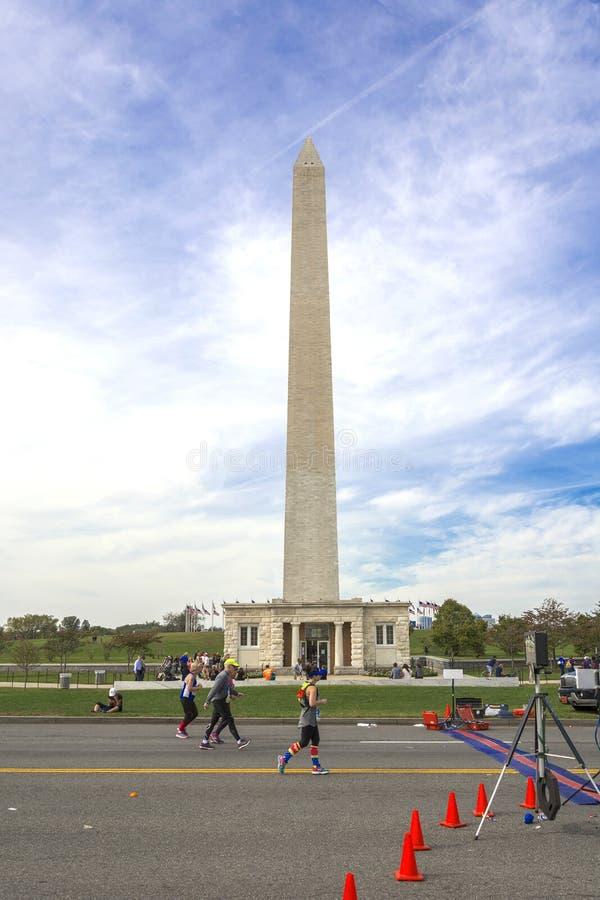 I corridori fanno concorrenza in Marine Corps Marathon sotto George Washington Monument fotografia stock