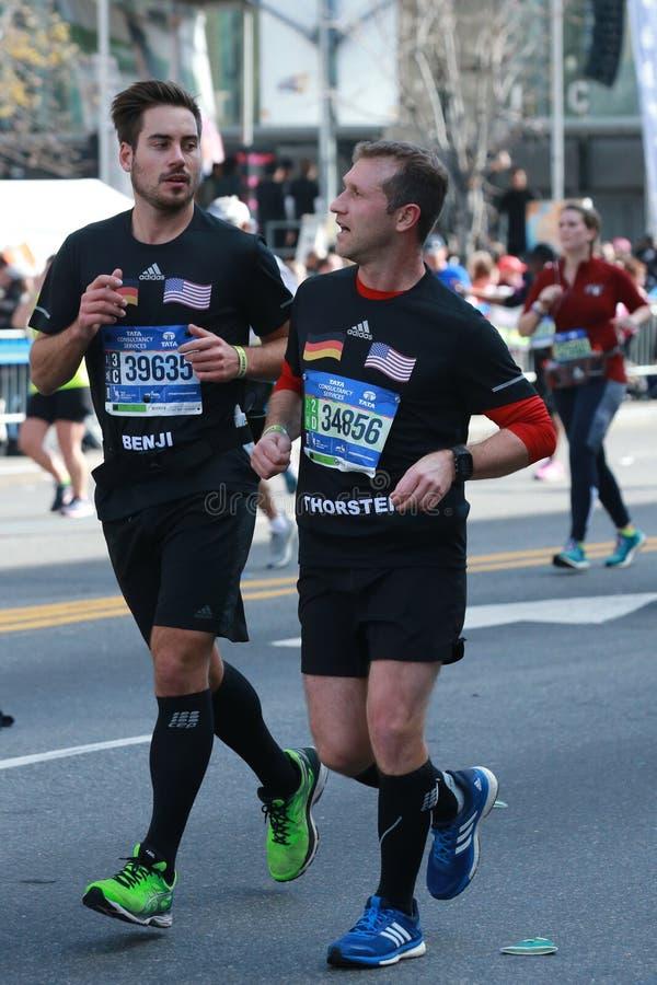 I corridori maratona di New York attraversano 26 2 miglia attraverso tutte e cinque le città di NYC all'arrivo in Central Park, M fotografia stock libera da diritti
