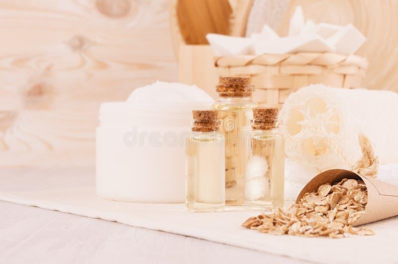 I cosmetici casalinghi bianchi rustici hanno messo dei prodotti naturali per gli accessori di cura e del bagno del corpo con il p fotografia stock