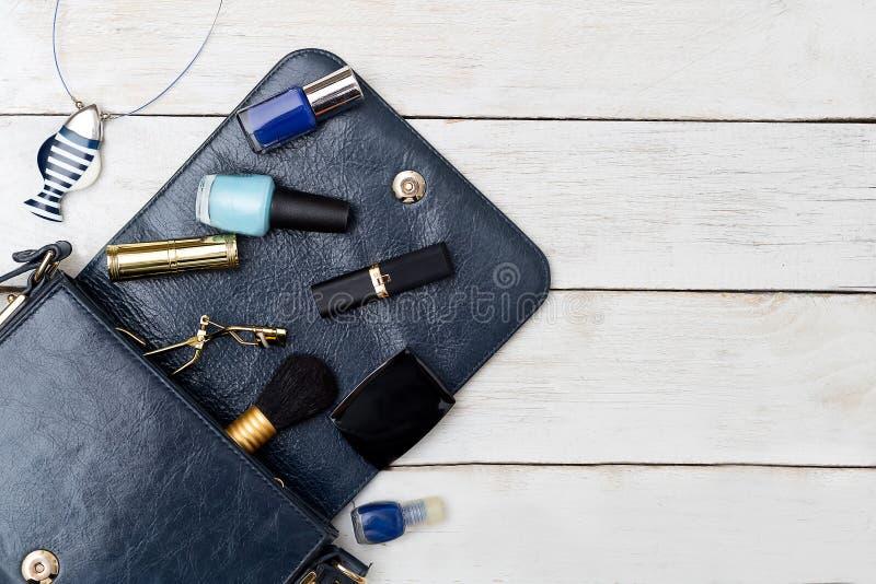 I cosmetici e gli accessori sono blu scuro Modello fotografia stock libera da diritti