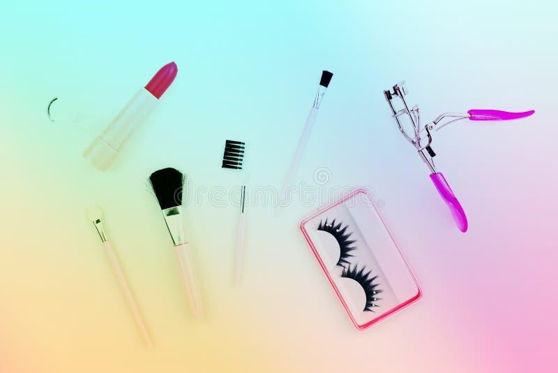 I cosmetici hanno messo per le donne su fondo bianco, colore dolce variopinto fotografie stock