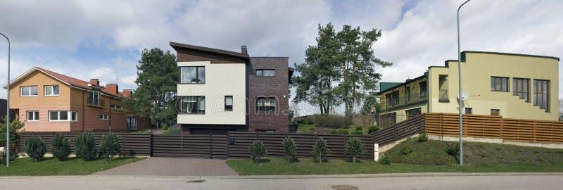 I cottage e le case di campagna moderni si avvicinano al lago sports immagine stock