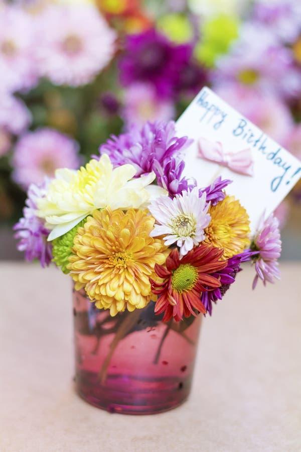 I crisantemi fiorisce in vaso di vetro porpora con il - Crisantemi in vaso ...