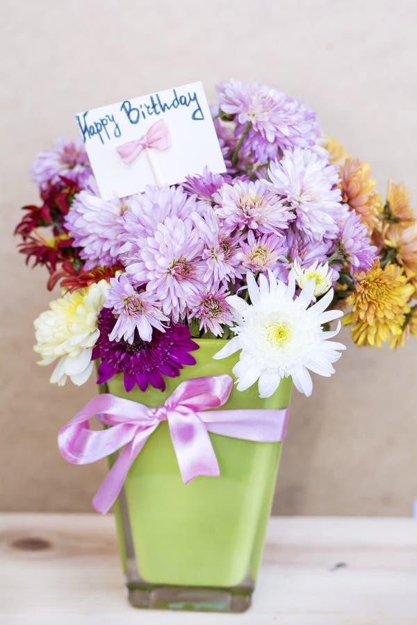 I crisantemi fiorisce in vaso di vetro verde con il - Crisantemi in vaso ...