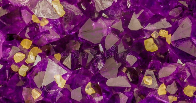 I cristalli ametisti con calcite gialla cuba l'immagine di sfondo immagini stock libere da diritti