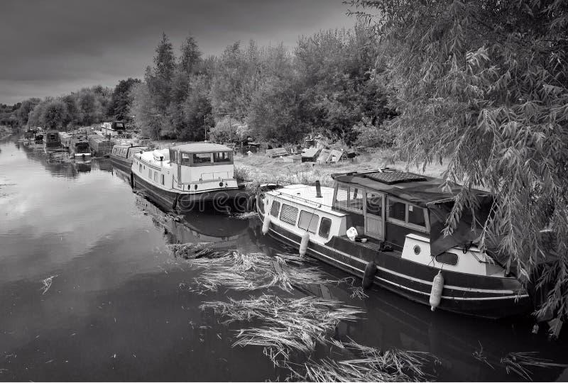 I crogioli di canale hanno attraccato sul fiume Stort accanto all'iarda della riparazione in Sawbridgeworth fotografie stock