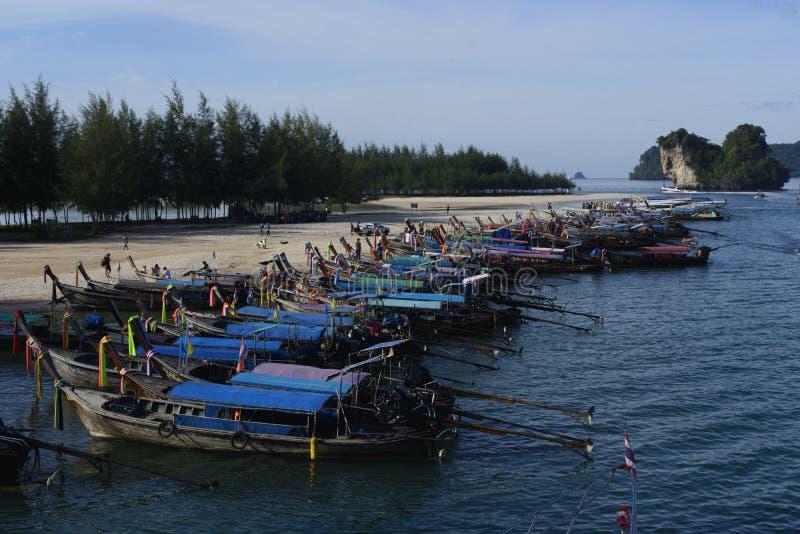 I crogioli di coda lunga sono ancorati sulla spiaggia di Aonang in Kravy per il turista fotografia stock libera da diritti