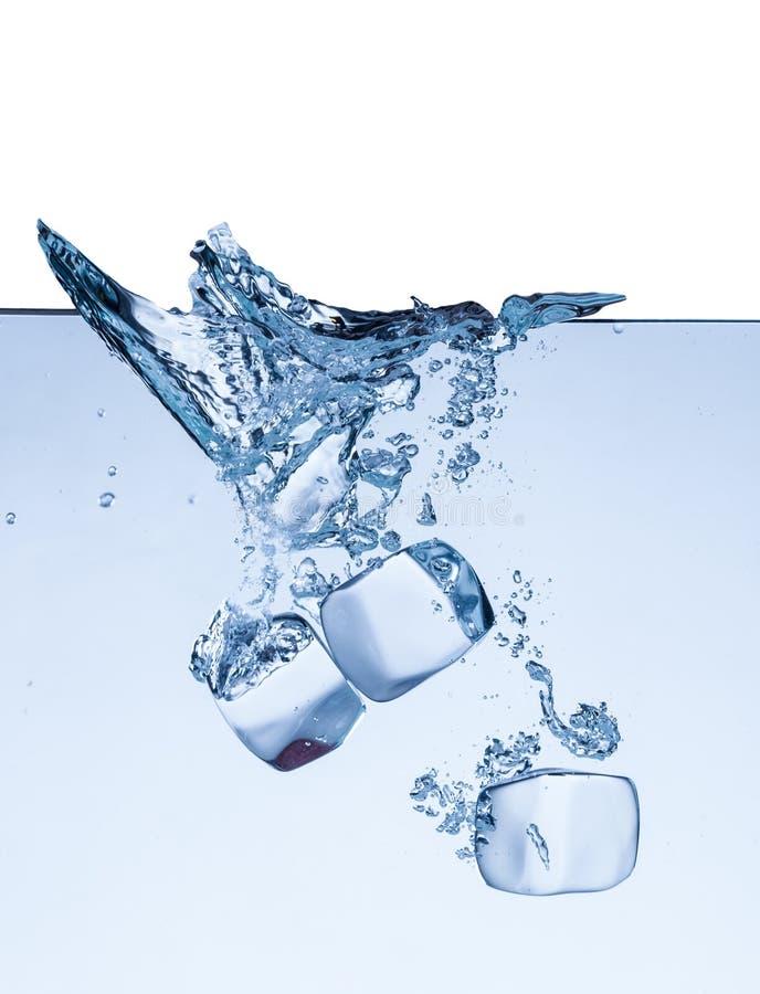 Download I Cubetti Di Ghiaccio In Acqua Spruzza Isolato Su Bianco Fotografia Stock - Immagine di luce, fine: 55365680